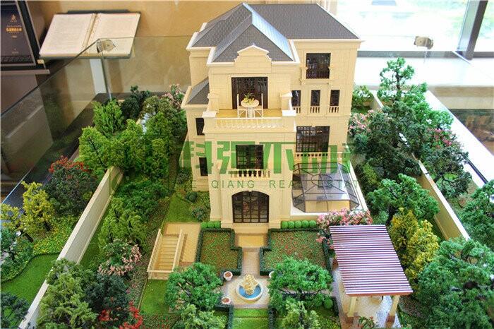 布置有欧式景观长廊,同时根据建筑布置,在高层之中央,别墅之转角布置