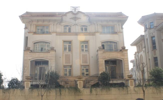 义乌欧景名城顶楼278平毛坯房390万(带个大车位)