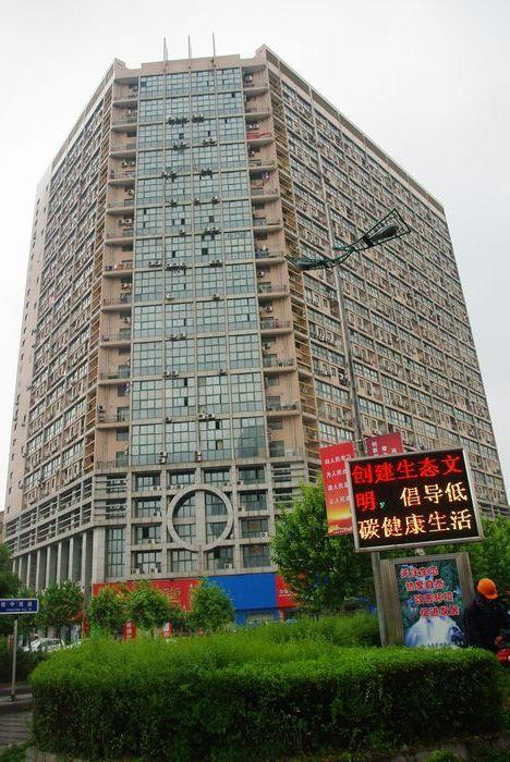 现代公寓10楼61.8平年租2.5万118万价可谈。