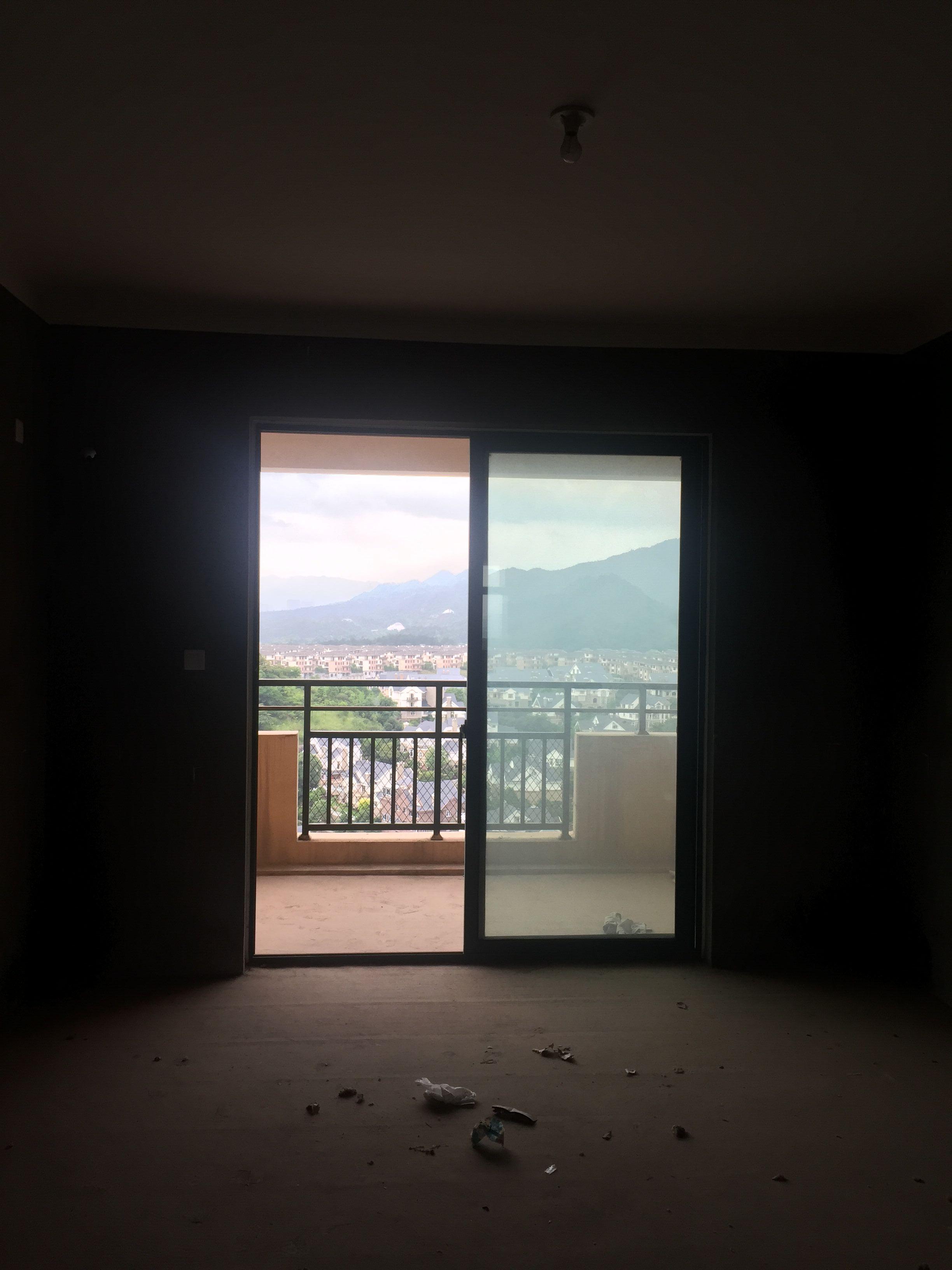紫荆公寓112�O纯毛坯可做三室证齐可按揭靠别墅只卖65万
