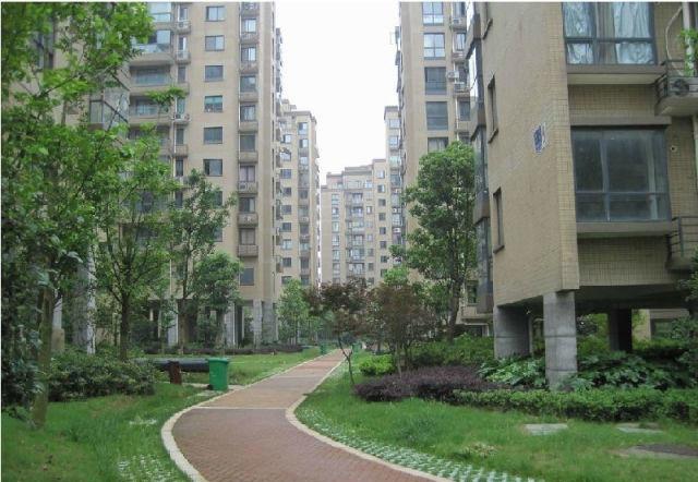 城市花园无公摊简单装修前面有一块空地可以停车
