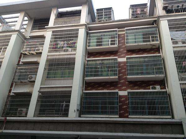 前城公寓 实验小学学区房 位置在实验小学侧门边上 满两年