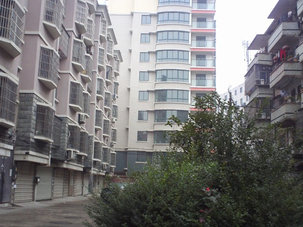 站前路两间六层有天有地垂直楼 已出让满五年租20万 旧房待拆