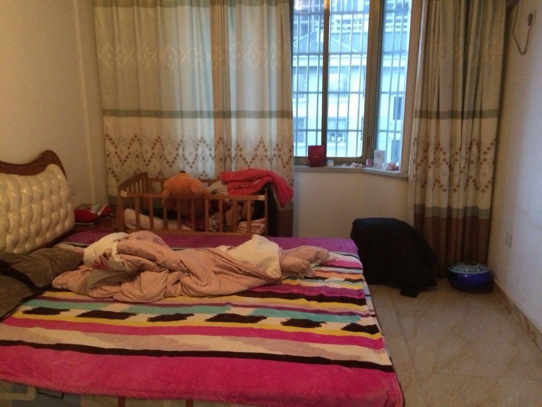 诚信二区,楼层好,户型方正,自住精装修,标准的一室一厅!