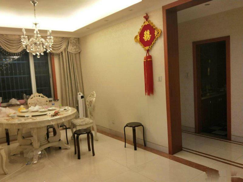 宾王中小学就在旁边 精装修边套 黄 金楼层 两卫生间都有窗户