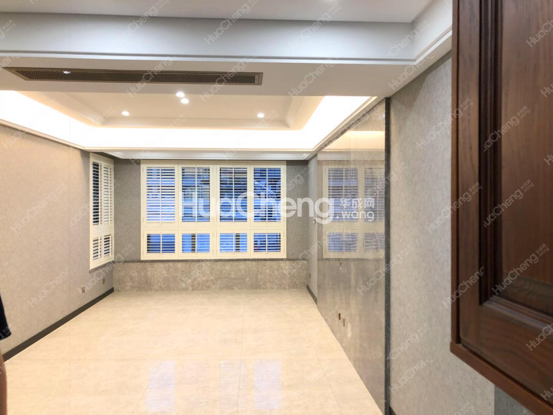 中央公馆 全新精装修带车库和储藏室