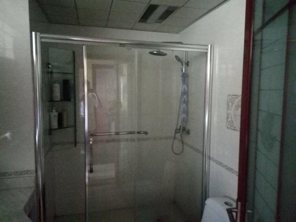 国际村小区清爽装修3房间另外送地下车库一个满2年房东诚心出售
